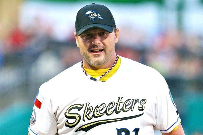 Roger Clemens, la ex estrella del béisbol, lanzó a los 50 años con los Skeeters